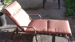 Belle grande chaise longue parfaite pour prendre du soleil