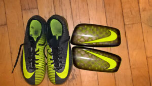 Nike child indoor soccer shoes size 3Y (22 cm).
