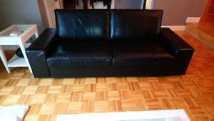 Divan 3 places noir IKEA et 2 tables de salon IKEA