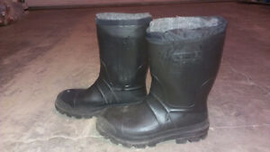 Men's size 7 kamik rubber boots with liner.