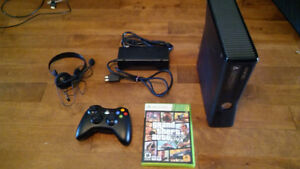 Xbox 360 + manette + casque d'écoute + Grand Theft Auto 5
