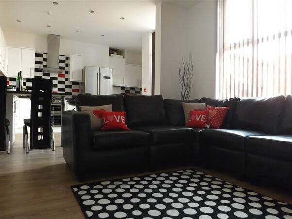 8 bed house, Fallowfield,Bills included, High Standard, close to amenaties,transport, City,Uni,