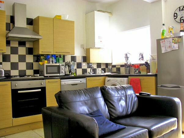 4 bed student house, BILLS INCLUDED, High Standard, close to amenities, transport, City ,Uni, Ect
