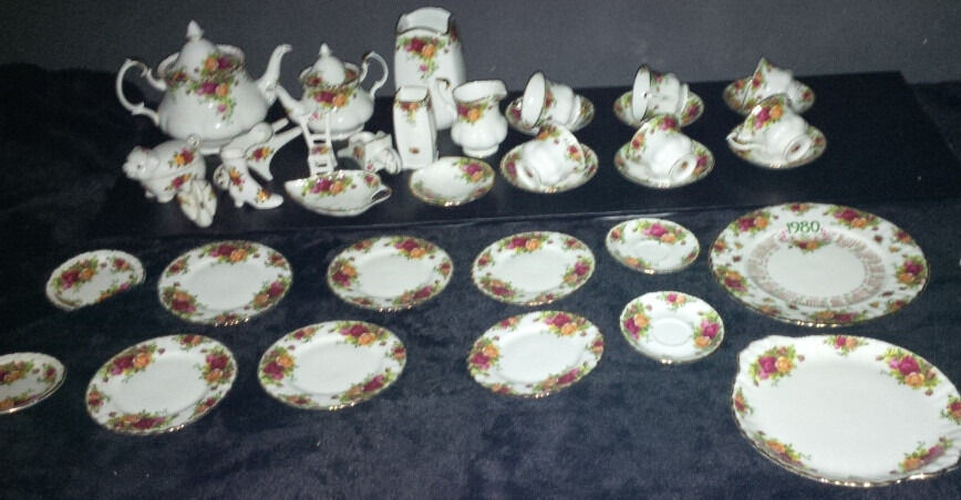 37 x Vintage Royal Albert Old Country Roses China Collection Joblotin Derby, DerbyshireGumtree - 37 items Lovely large set in pristine condition Price is for everything and it cost a hell of a lot more. 1980s Calandar Plate Serving Plate 2 x saucers 6 x tea plates 2 x small plates 1 x swan 1 x heel 1 x small tea pot 1 x large tea pot 1 x pig...