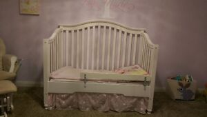 Beautiful crib/toddler daybed and mattress!