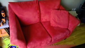 Deux sofas / divans en suède (trois places et deux places)