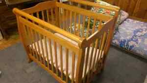 Solid wood 2-in-1 convertible crib with mattress