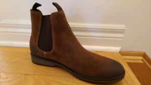 NWT Clarks Hinman Suede Chelsea Boots (Size 9 US)