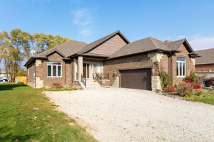 Gorgeous Amherstburg Home Minutes from Flox Glen Golf Course Windsor Region Ontario image 1