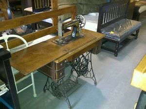 1911 SINGER SEWING MACHINE MODEL #27 WITH HIDE-AWAY CABINET