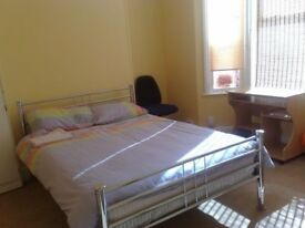Rooms available now in 3 Bedroom House - spacious, clean, close to Exeter University