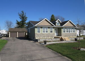 Bright & Spacious Bungalow on Large Country Lot