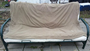 Futon(sofa-lit double),base en metal,matelas,propre.Livraison