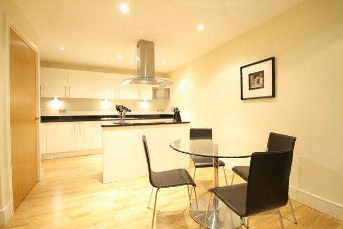 STUNNING 2 BEDROOM APARTMENT WITH GYM AND CONCIERGE VERY LARGE BEDROOMS CANARY WHARF E14