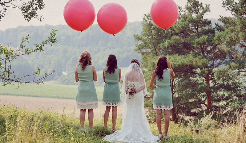 Ton in Ton: Wenn das Brautpaar ein Farbthema vorgibt, sollten sich die Gäste daran orientieren.