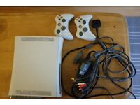 White Xbox 360 , 2 controllers