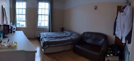 Large Double Bedroom - Hanwell Town Centre (easy access to Ealing, Brentford, Acton, Paddington)