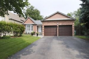 Large bungalow in Credit Pointe on quiet court near ravine!