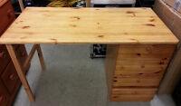 Bureau IKEA en bois de pin  (desk)