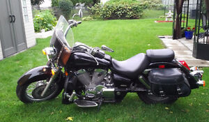 Black Honda Shadow + accessories in mint condition