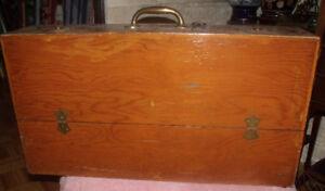 Vieux coffre de menuisier en bois fait « maison »