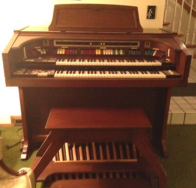 Lowrey Brass And String Symphonizer Organ In Pristine Condition