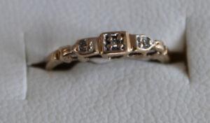bague or jaune 10k grandeur 4 et demi avec 3 véritables diamants