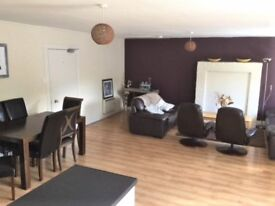 Double Bedroom to rent in large modern fully furnished flat