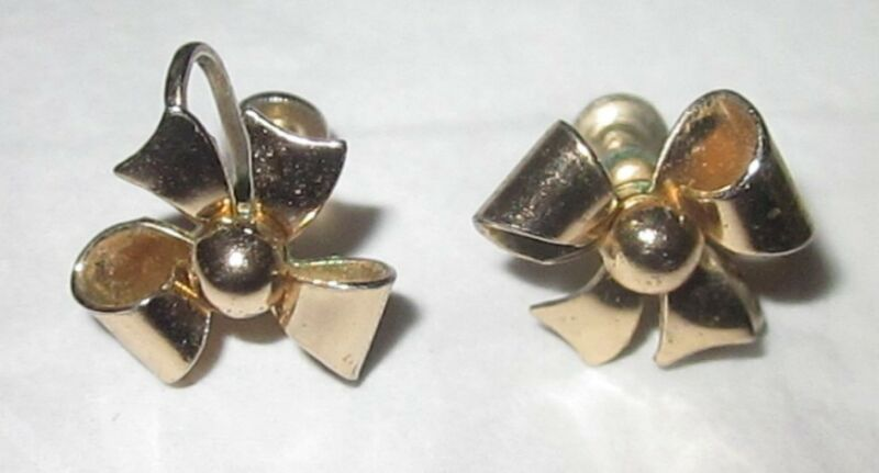 Signed Coro - Screw back earrings - Goldtone Bows