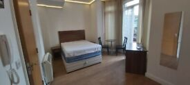 Large Bed Sit with shower WC and Balcony Elephant Castle tube including all bills & inter no fees