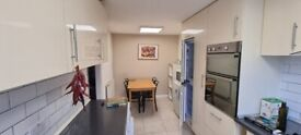 Lovely Spacious 3 Bedroom Ground Floor Flat with Living Room and Garden in Isle of Dogs
