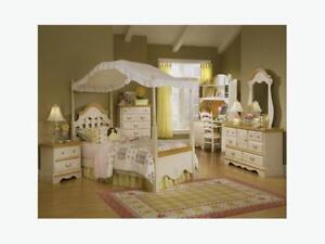 Girl's Twin Bedroom Set (Excellent Condition)