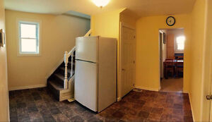 Summer Student Rental 3 Minutes to Uof Windsor Immediately
