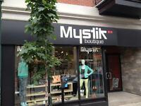 Vendeuse en boutique de mode