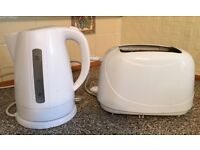 White kettle and toaster in excellent condition