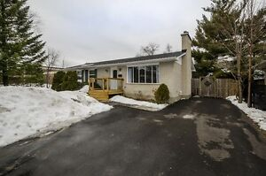 *Gorgeous 5 Bedroom Home Minutes from Mooney's Bay!