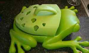 Hanging frog for tub toys