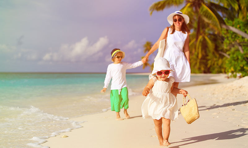 Leere Strände: In der Nebensaison ist der Familienurlaub nicht nur entspannter, sondern auch günstiger. (© Thinkstock)