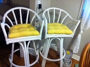 White Bar Stools w/yellow cushions $25/each Oakville / Halton Region Toronto (GTA) image 1
