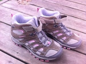 Girls Merrell Hiking boots sz 2  In New Condition Kingston Kingston Area image 1