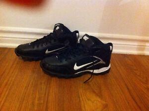 Les chaussures Nike sportives, pour le soccer, neuves,