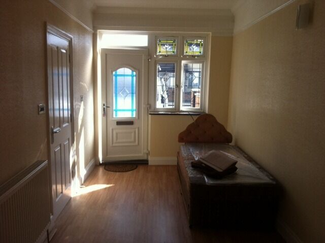 VERY NICE STUDIO FLAT IN NEWBURY PARK STATION £750