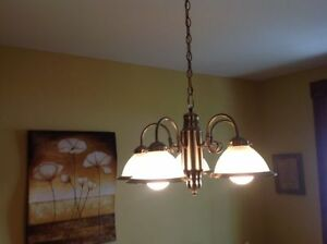 5 Globe Chandlier Excellent Condition and Working Greaty\