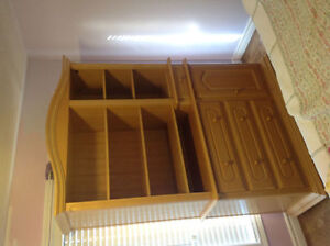 Dresser with hutch in excellent condition