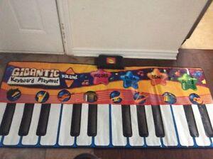 Bruins gigantic Floor Piano