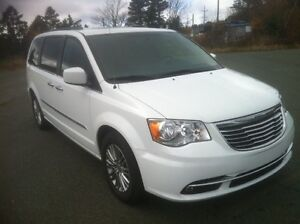 2014 Chrysler Town & Country Touring L Premium 41000km St. John's Newfoundland image 2