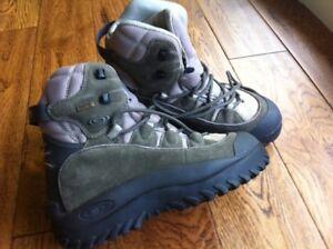 Size 6. 5 Salomon Women's Hiking Boots Shoes Snow GTX W