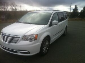 2014 Chrysler Town & Country Touring L Premium 41000km St. John's Newfoundland image 3