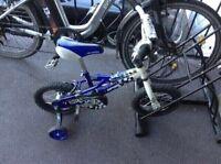 Superbe petit vélo roues 14 pouces incluant des roues d'appoin