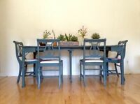GORGEOUS ANTIQUE TABLE WITH 4 CHAIRS